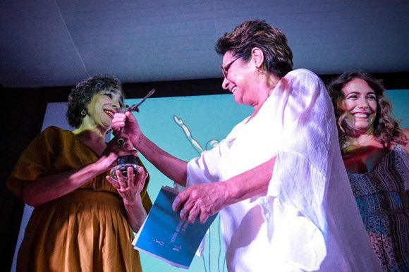 La actriz Daysi Granados (D) entrega el Premio Lucía de Interpretación femenina a María Isabel Díaz (I), por su rol protagónico en la película El extraordinario viaje de Celeste García (Arturo Infante, 2018)